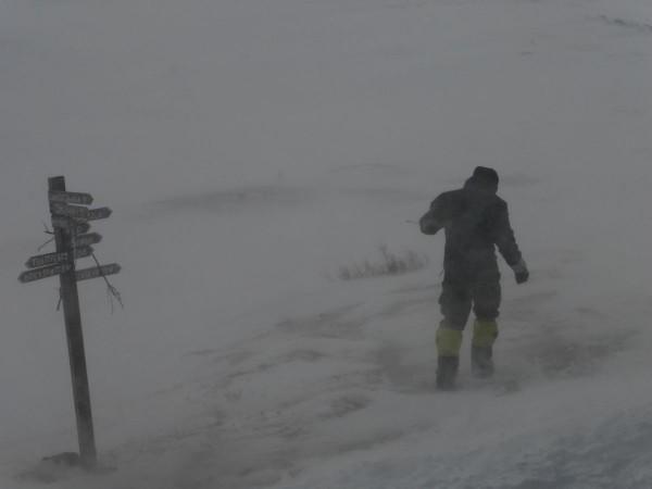 Der Sturm tobt um die Hütte und Karsten testet den Sturm
