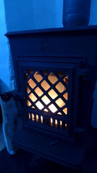 Der brandneue Hüttenofen stinkt am Anfang noch ziemlich.